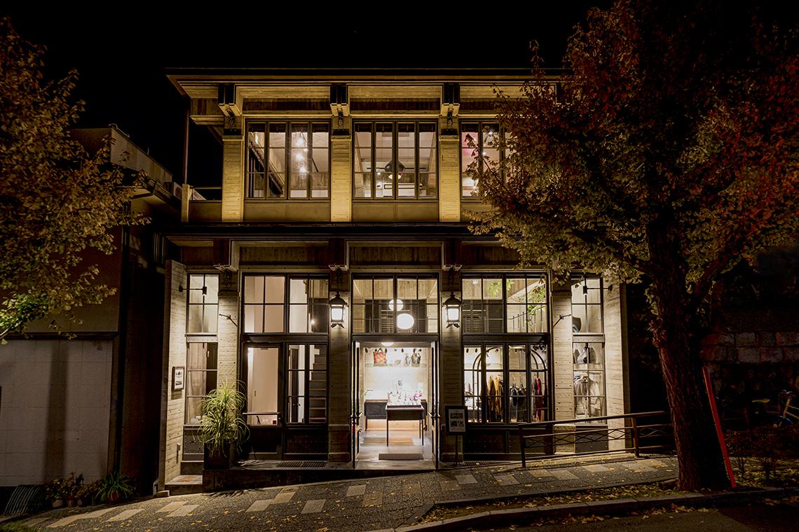 「COHAKU KAIRASHI」の夜の外観